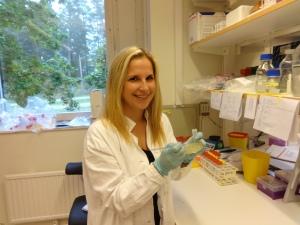Luisa beim Ausplattieren von Bakterien